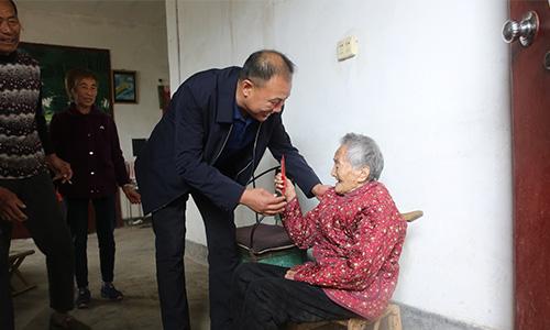 梁雁北走访慰问敬老院老人和百岁老人 中国财经新闻网 www.prcfe.com